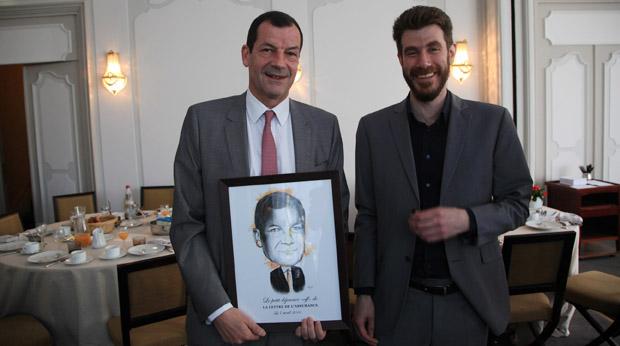 Thierry Derez a reçu son portrait illustré, un privilège réservé aux invités de La Lettre.