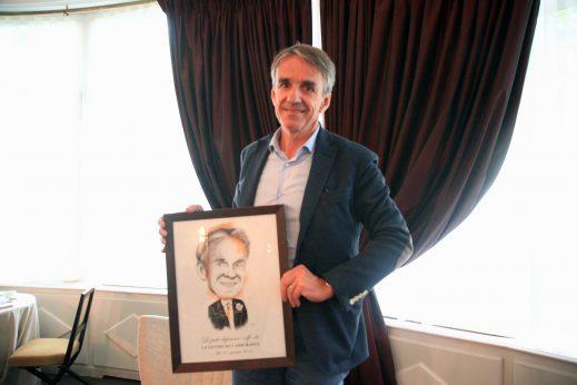 En cadeau de passage, Bruno Rousset a reçu son portrait réalisé par Thia.