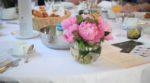 les tables étaient décorées de pivoines.